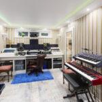 Общий вид на студию звукозаписи, синтезаторы, рабочее место, гитара