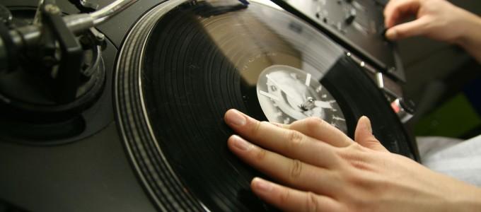 DJ крутит пластинки