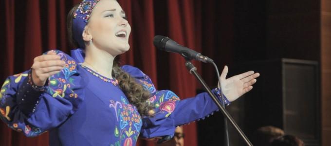 Вокалистка исполняет песню