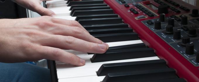 Игра на клавишных инструментах