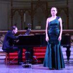 Вокалистка и пианист - Живое выступление