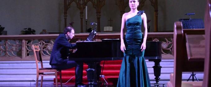 Вокалистка и пианист – Живое выступление