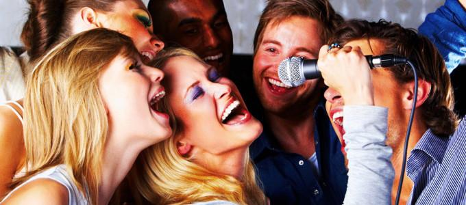 Велёлая компания поёт песню