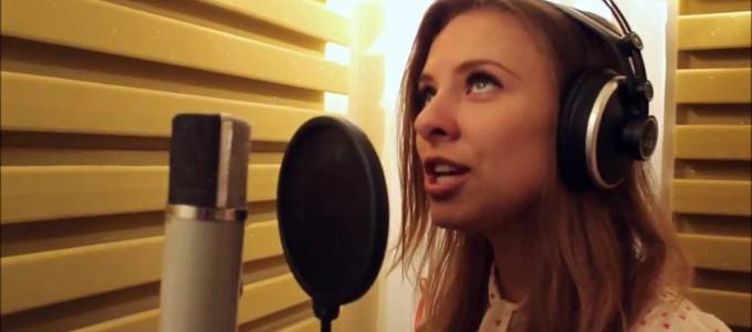 Вокалистка исполняет песню на студии